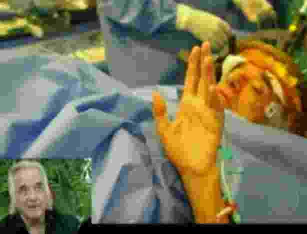 Durante a cirurgia da mão esquerda, o maestro João Carlos Martins conseguiu levantar a mão esquerda pela primeira após 10 anos (9/5/12) - Reprodução/TV Globo