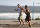 Ex-BBB Rafa corre pela orla da praia, no Rio - Photo Rio News