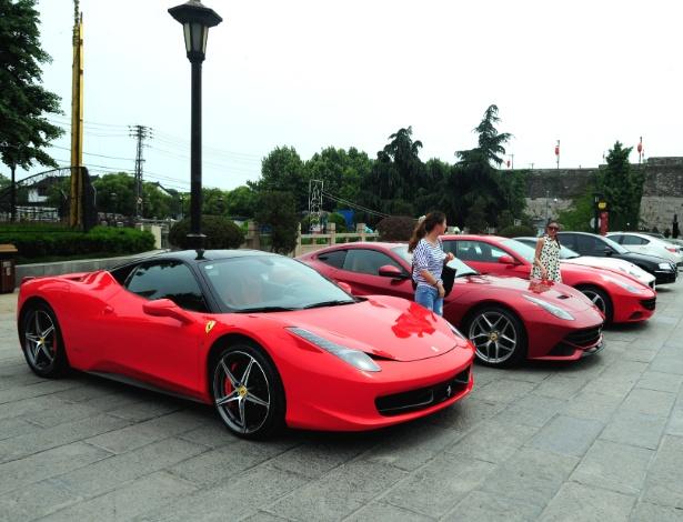 """Evento da Ferrari na Muralha começou bem (foto), mas terminou com """"fritura"""" de pneu e críticas - AFP PHOTO"""