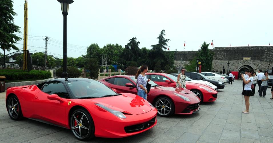 Ferraris estacionadas em evento promocional na cidade histórica de Nankin, na China
