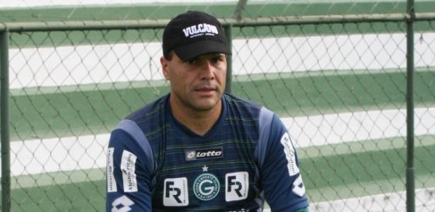 Goleiro Harlei descansa durante o treino do Goiás