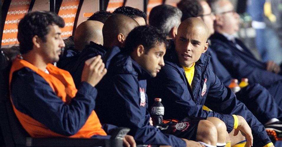 Goleiro Julio Cesar e meia Douglas no banco de reservas durante a partida entre Corinthians e Emelec