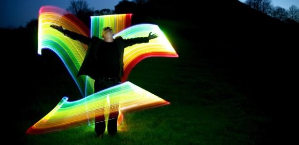 Imagem criada pelo artista britânico Peter Medlicott, que usa lanternas e feixes de luz para criar grafites - Peter Medlicott