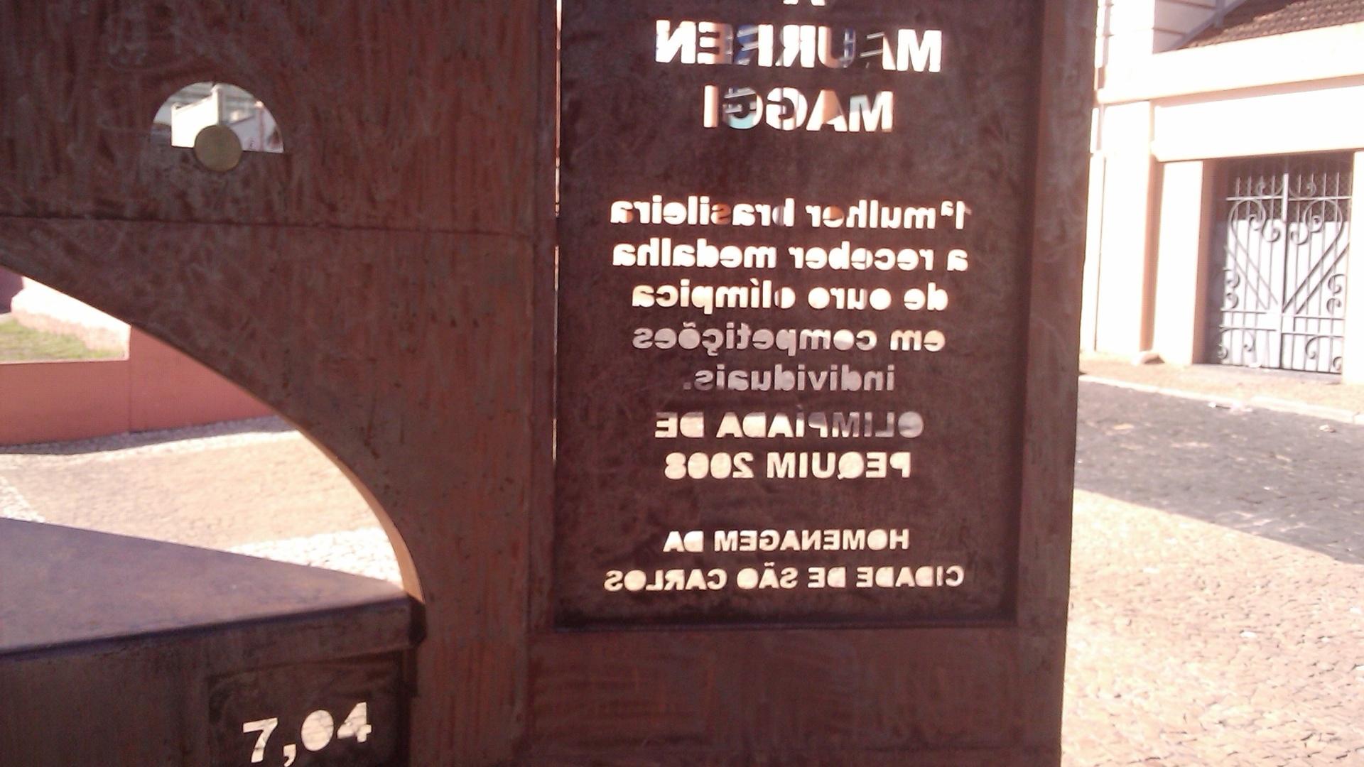 Imagem mostra que é impossível ler corretamente os números da marca e a mensagem escrita para Maurren observando pelo mesmo lado do monumento