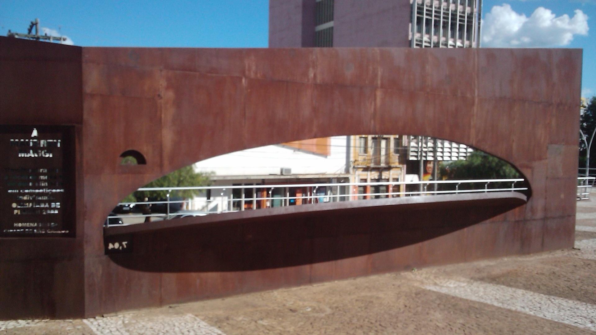 Imagem traseira do monumento erguido para Maurren Maggi em São Carlos