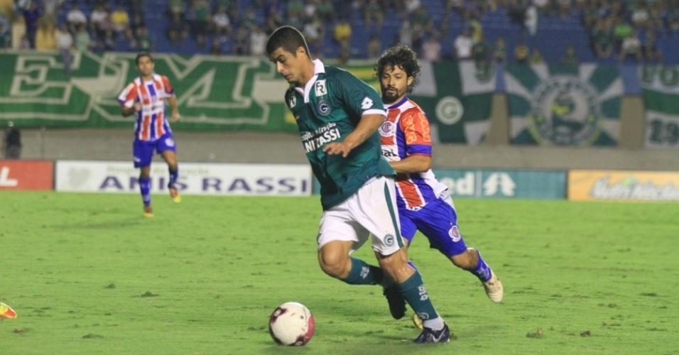 Lateral esquerdo Egídio tenta passar por um adversário durante Goiás x Itumbiara
