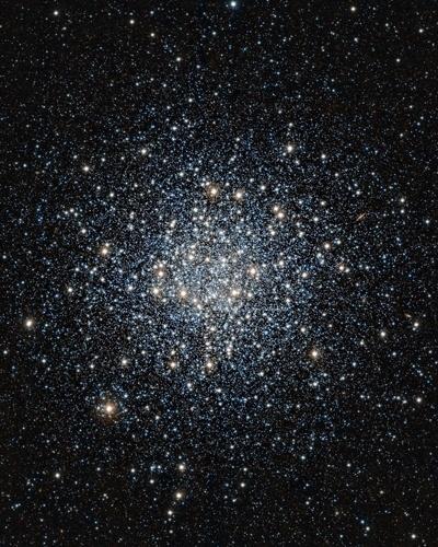O ESO (Observatório Europeu do Sul) divulgou uma nova imagem do aglomerado de estrelas Messier 55 que mostra milhares de estrelas amontoadas como um enxame de abelhas. Essas estrelas são consideradas as mais antigas do universo e o estudo delas ajuda na compreensão de como as galáxias evoluem. O aglomerado Messier 55 está na constelação de Sagitário, a cerca de 17 mil anos-luz da Terra
