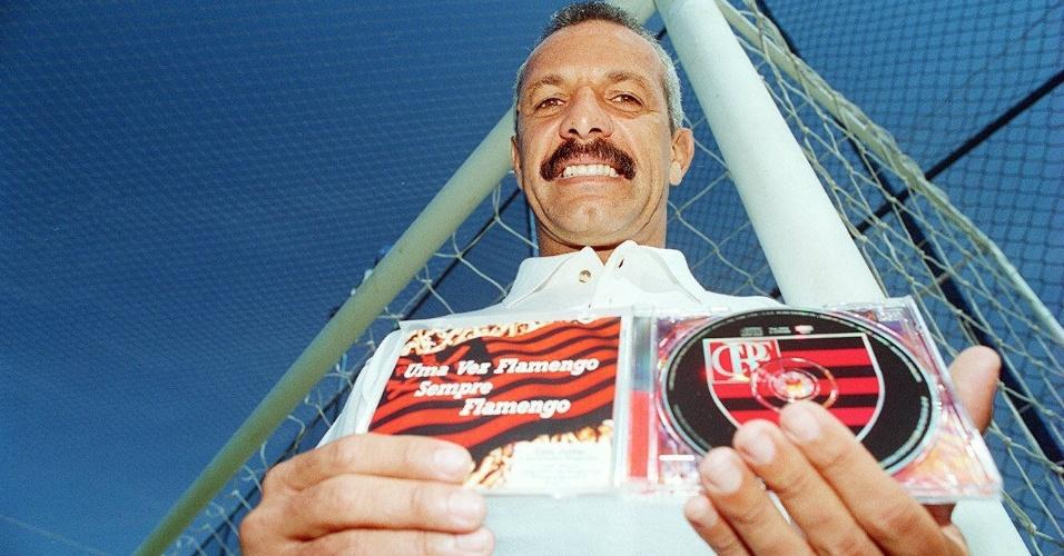 """O ex-jogador Júnior mostra o compact disc """"Uma Vez Flamengo, Sempre Flamengo"""" (27/06/96)"""