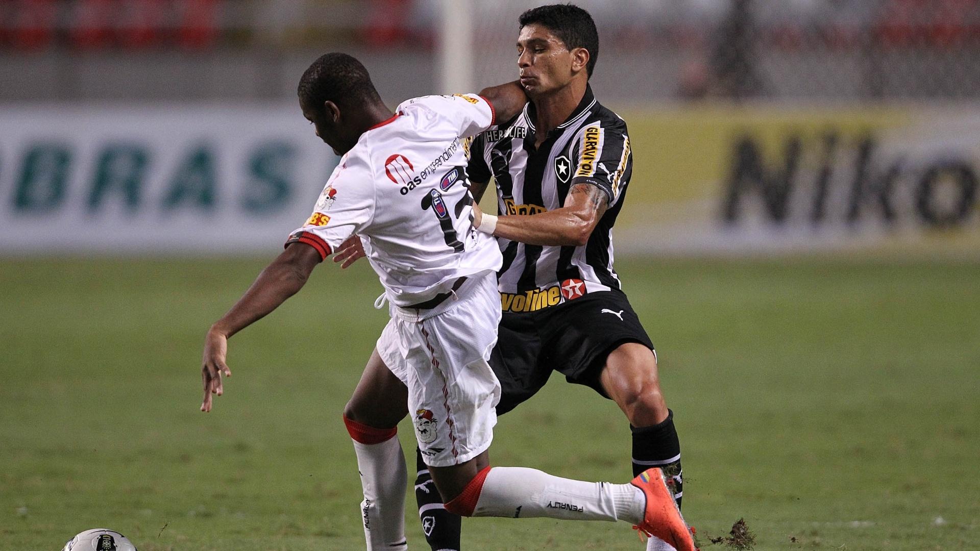 Renato, do Botafogo, briga por espaço com Romário, do Vitória