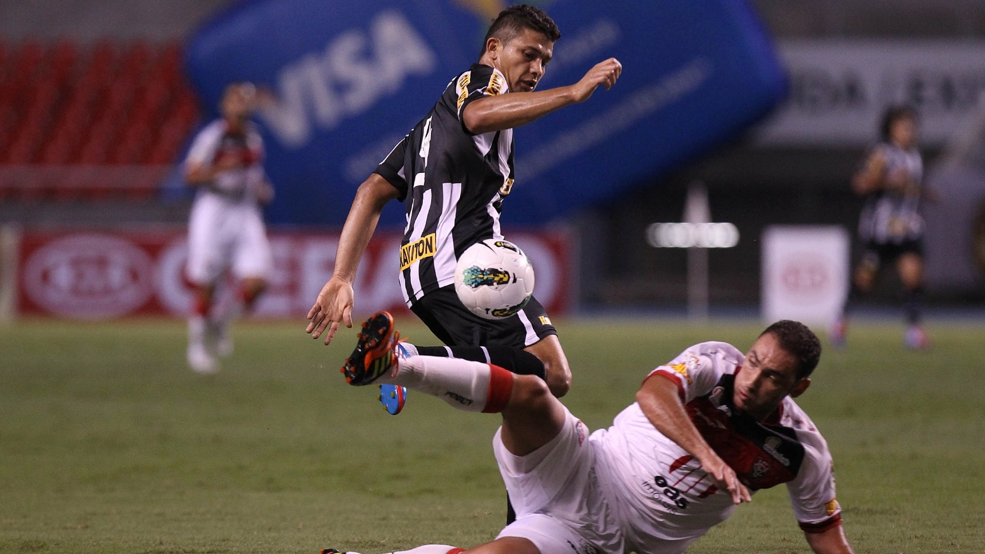 Rodrigo Mancha, do Vitória, tenta desarmar Elkeson, do Botafogo