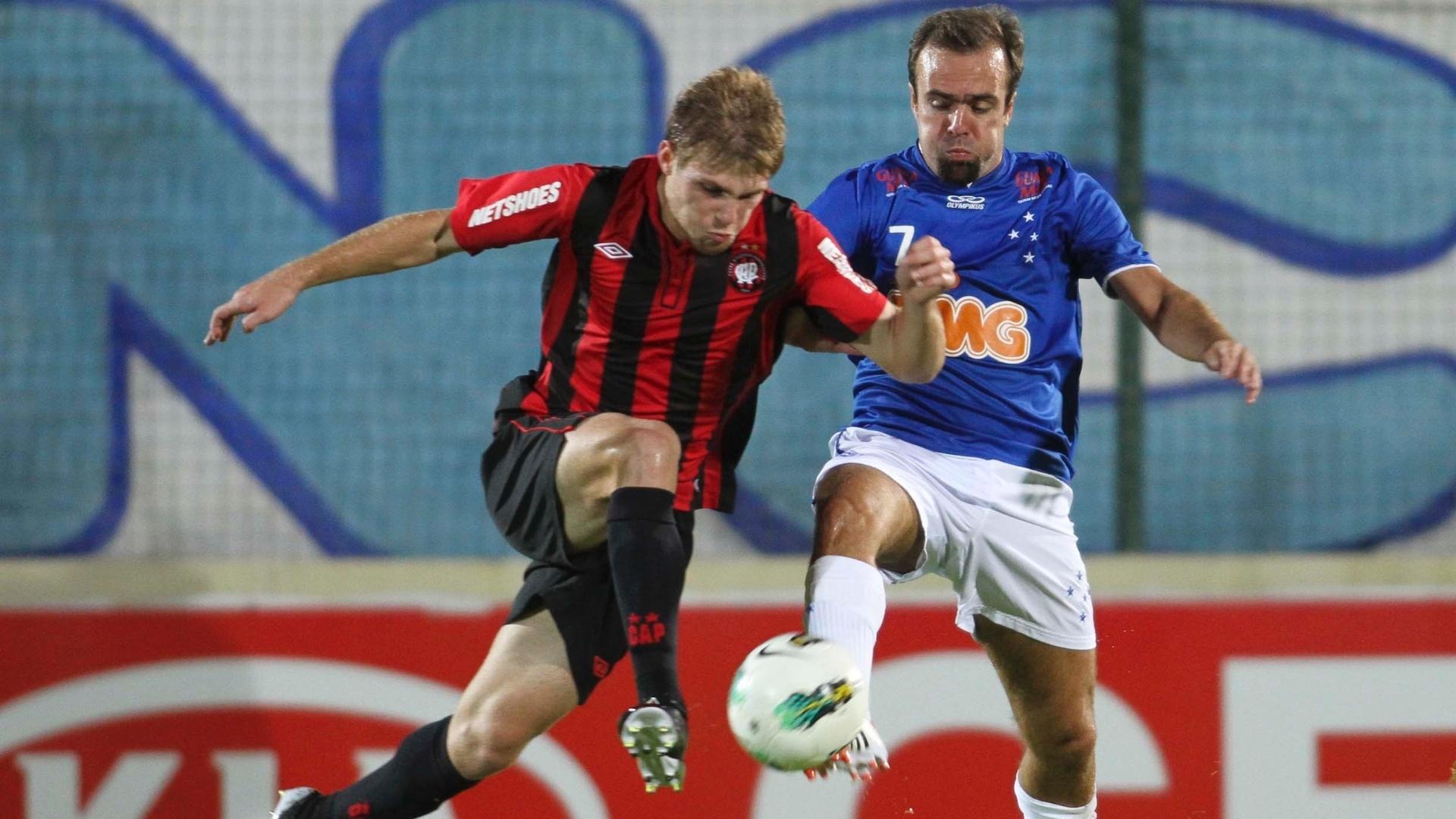 Roger, meia do Cruzeiro, disputa a bola com jogador do Atlético-PR