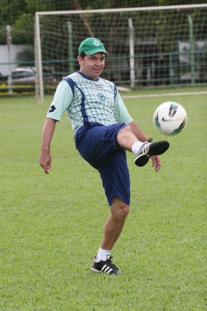 Técnico Enderson Moreira domina a bola durante um treino do Goiás