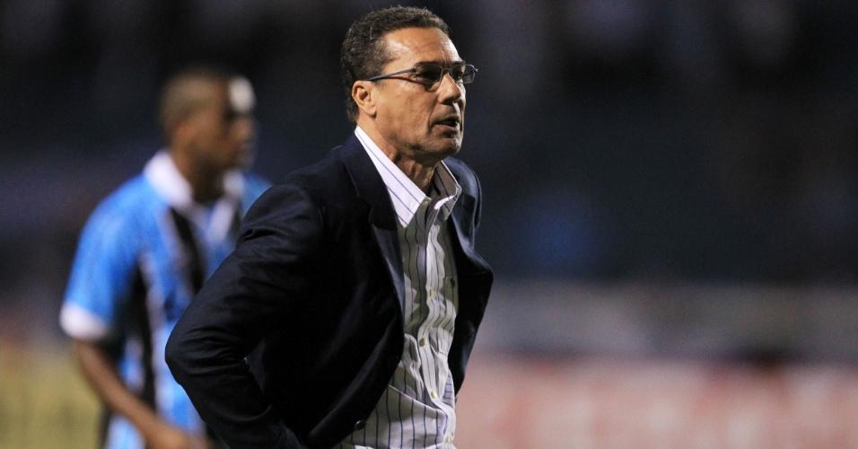 Vanderlei Luxemburgo, técnico do Grêmio, orienta sua equipe em jogo contra o Fortaleza
