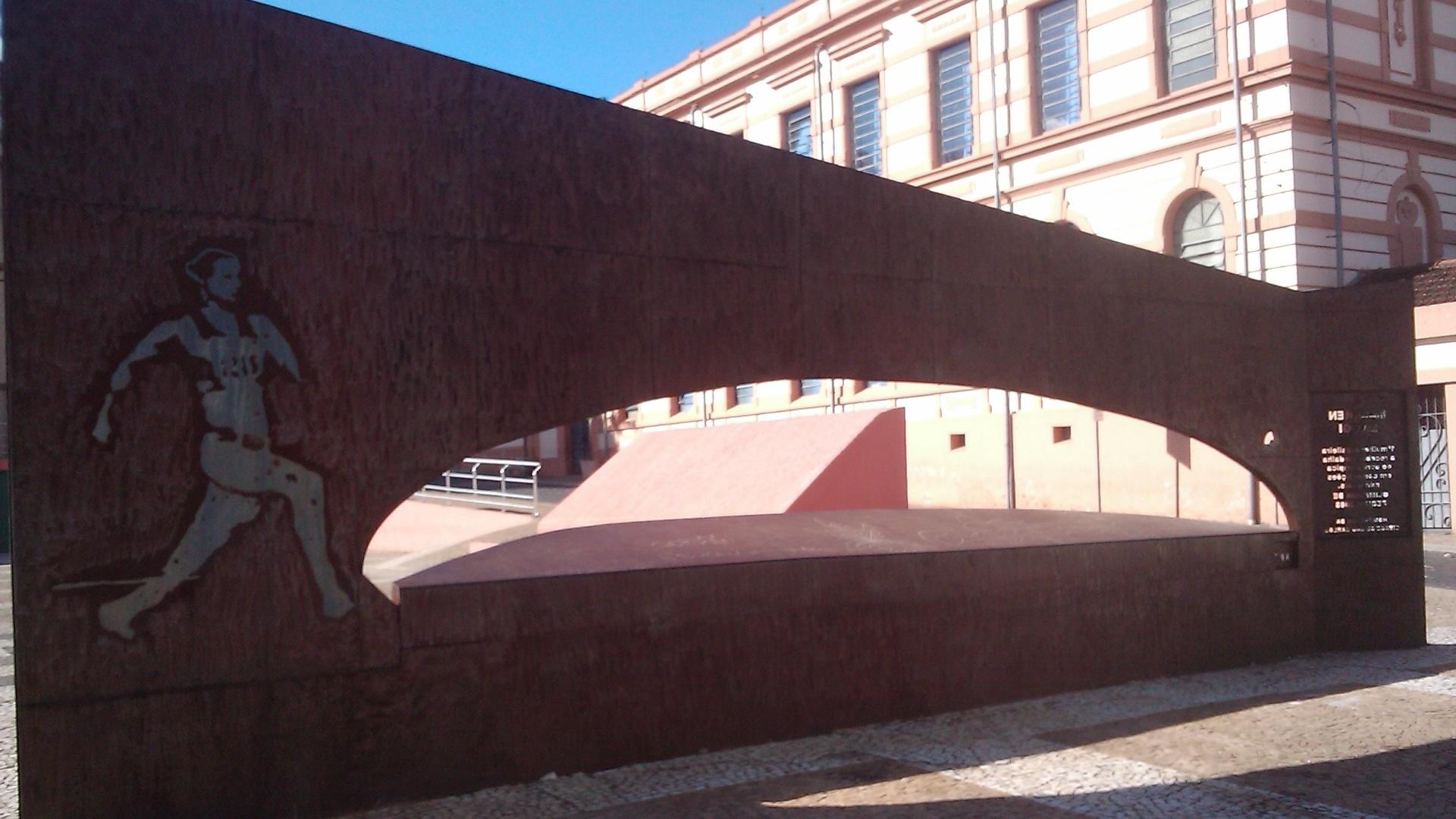 Vista geral do monumento feito para Maurren Maggi em São Carlos, que projeta no chão a distância saltada por ela em Pequim