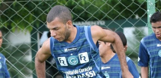 Volante Amaral participa de um treino físico pelo Goiás