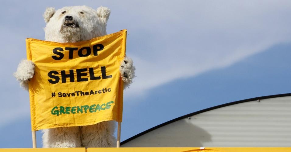 10.mai.2012 - Ativista do Greenpeace vestido de urso polar segura um cartaz em protesto contra a Shell realizado em Praga, na República Tcheca