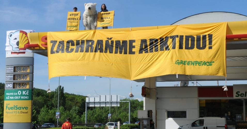 10.mai.2012 - Ativistas do Greenpeace fazem protesto no topo de estação de petróleo da Shell, em Praga, na República Tcheca, contra o uso de um quebra-gelo para perfuração no norte do Alasca (EUA)