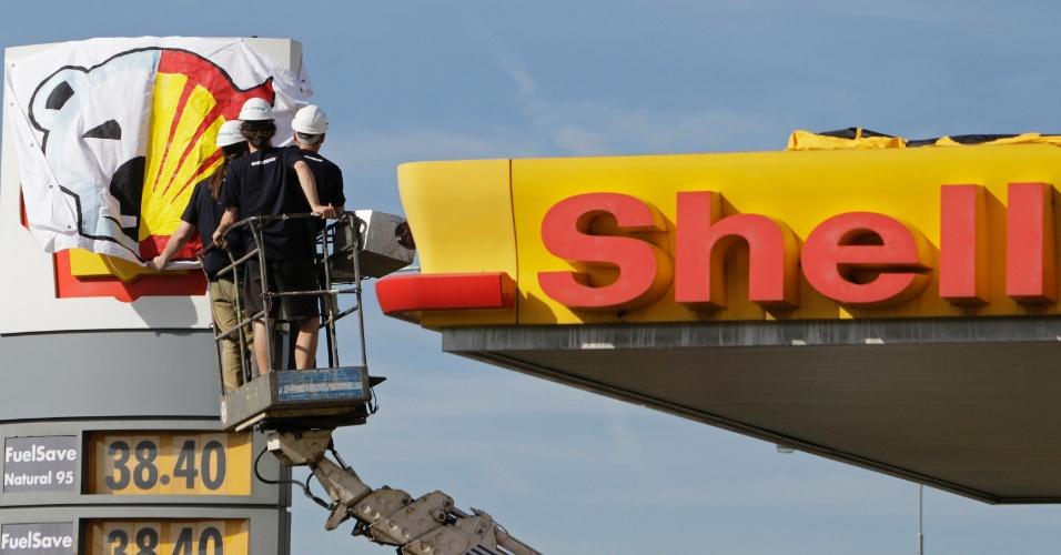 10.mai.2012 - Ativistas do Greenpeace penduram uma bandeira em uma estação de petróleo da Shell, em Praga, na República Tcheca. O Greenpeace protesta contra o uso de um quebra-gelo para perfuração no norte do Alasca (EUA)