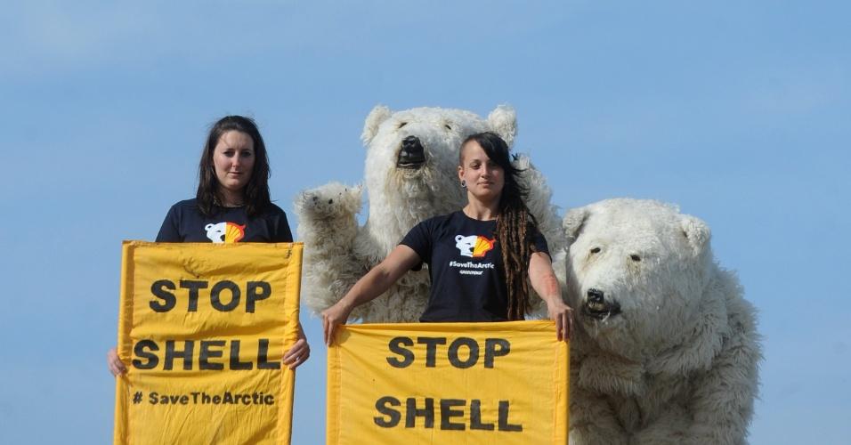 10.mai.2012 - Ativistas do Greenpeace protestam contra contra o uso de um quebra-gelo para perfuração no norte do Alasca (EUA), em Praga, capital da República Tcheca