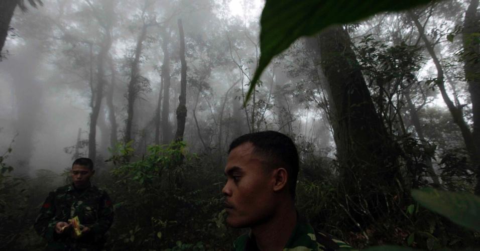 10.mai.2012 - Equipes de resgate vasculham região montanhosa nas buscas por avião de fabricação russa com 50 pessoas a bordo que desapareceu na Indonésia, enquanto fazia um voo de demonstração, nesta quarta-feira (9)