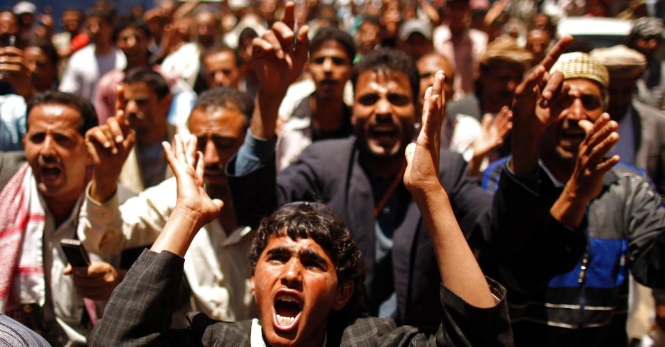 10.mai.2012 - Manifestantes protestam contra o governo do Iêmen na capital Sanaa. Eles exigem que os parentes do ex-presidente, Ali Abdullah Saleh, sejam dispensados de altos cargos do Exército e polícia