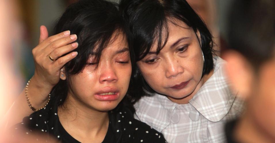 10.mai.2012 - Parentes de uma das 50 vítimas do avião russo que desapareceu dos radares na última quarta-feira (9), na Indonésia, aguardam por notícias no aeroporto Halim Perdanakusuma, em Jacarta, capital do país