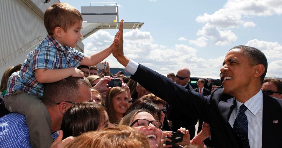 10.mai.2012 - Presidente dos EUA, Barack Obama, cumprimenta um garoto de dois anos ao chegar em Seatlle, para um evento de arrecadação de fundos para sua campanha à reeleição