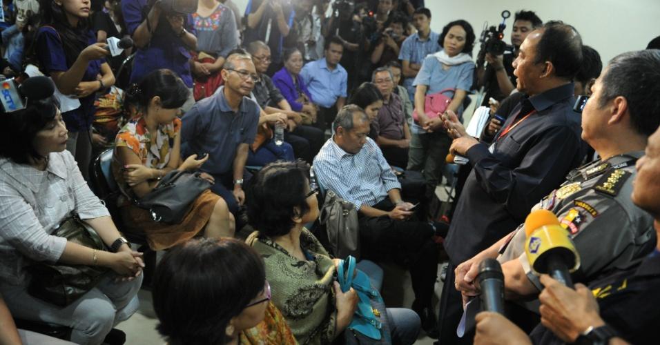 10.mai.2012 - Representantes da companhia aérea russa Sukhoi falam com parentes das 50 vítimas do avião que desapareceu dos radares na última quarta-feira (9), na Indonésia, no aeroporto Halim Perdanakusuma, em Jacarta, capital do país