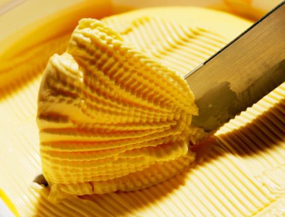 17.fev.2012 - A Vigilância Sanitária de Anápolis (55 km de Goiânia) apreende cerca de 20 toneladas de margarina armazenadas de forma inadequada em uma distribuidora de alimentos, desde novembro do ano passado
