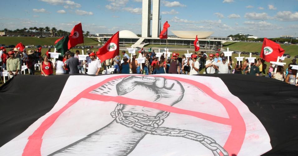 27.mai.2010 - Manifestantes ligados ao MST (Movimento do Sem Terra) realizam protesto contra o trabalho escravo colocando cruzes em frente ao Congresso Nacional, em Brasília