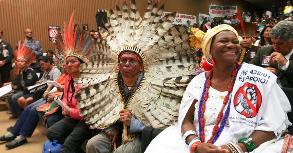 8.mai.2012 - Indígenas, ciganos e outros grupos sociais pedem a aprovação da Emenda Constitucional do Trabalho Escravo (PEC), em Brasília