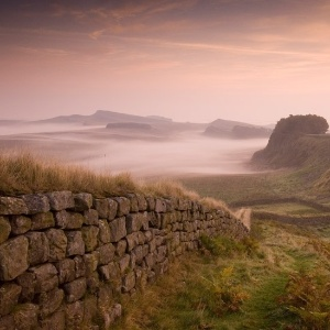 A Muralha de Adriano foi construída em 122 d.C. durante o reinado do imperador romano Adriano. Ela era a mais fortificada fronteira do Império Romano, com 120 km de comprimento. - VisitBritain.com
