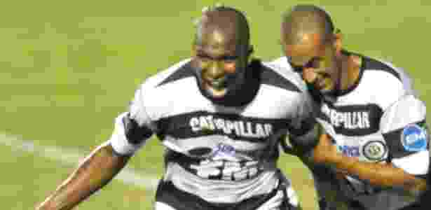 Adilson (à esq.) marcou 6 gols pelo XV no Paulistão; Corinthians não confirma interesse - Claudinho Coradini