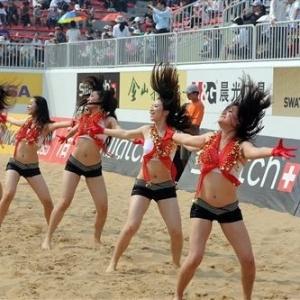 Cheerleaders locais movimetaram etapas anteriores nas praias da China