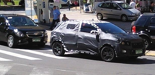 Chevrolet Ônix (nome provisório) hatch circula por Serra Negra (SP) escoltado por um Cobalt: compacto que completará renovação da marca permanece misterioso - Renan Fazolin Medeiros/UOL