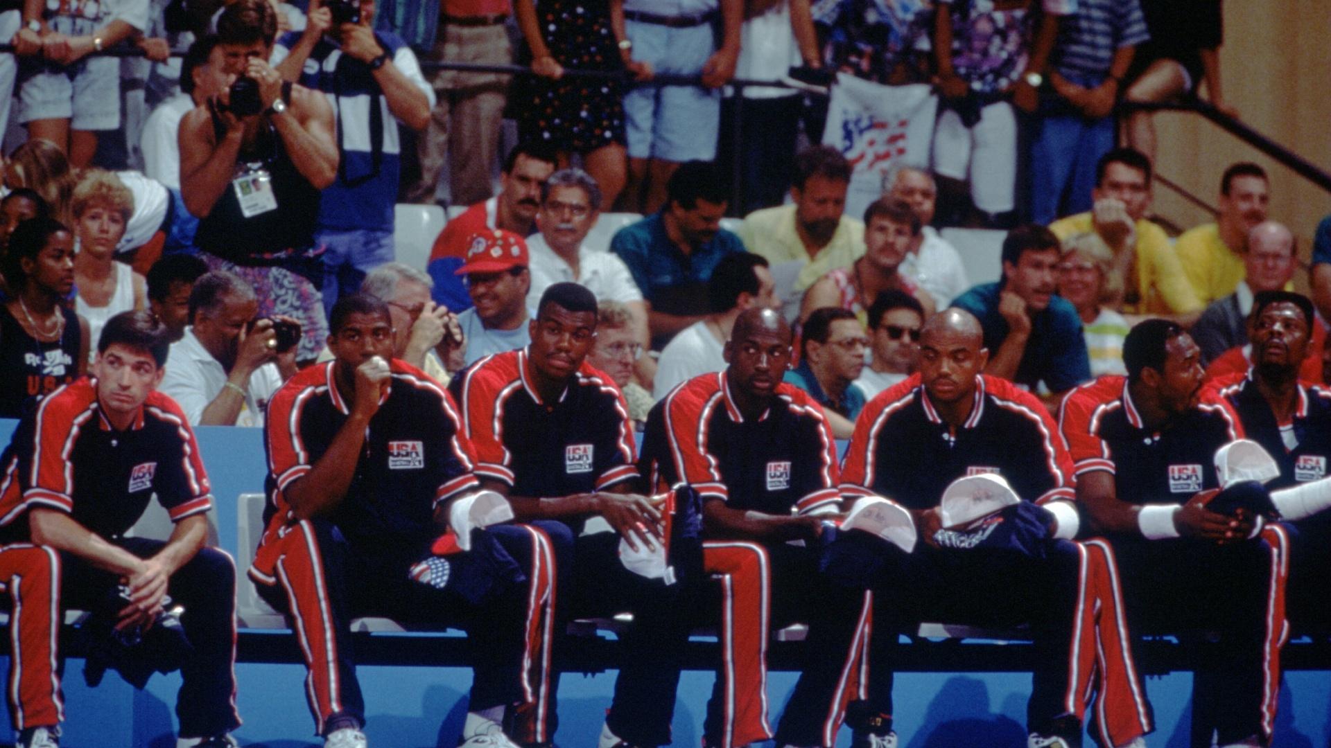 Da esquerda para a direita, Stockton, Magic Johnson, David Robinson, Michael Jordan, Charles Barkley, Karl Malone e Patrick Ewing