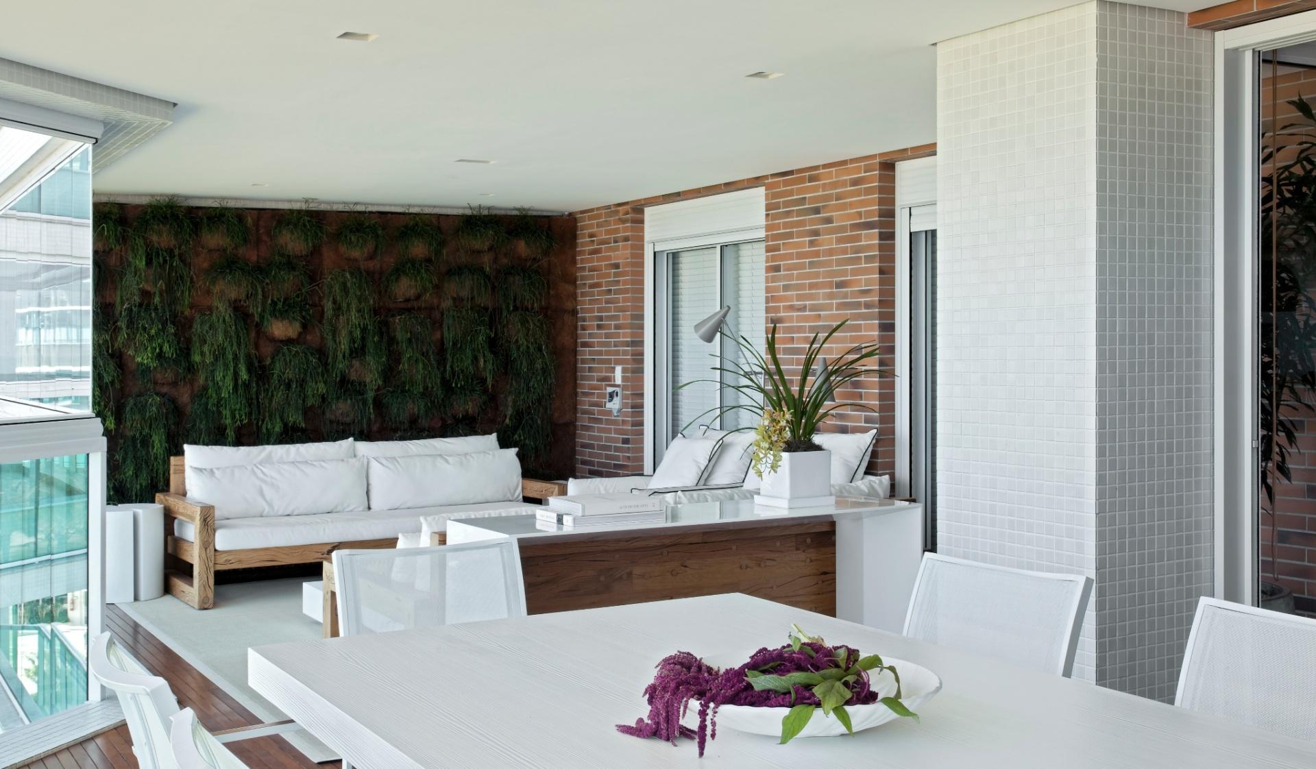 O destaque da varanda do apartamento na Riviera de São Lourenço, decorado pelo arquiteto Diego Revollo, é o jardim vertical com cactos-macarrão e irrigação automatizada, assinado por Ronaldo Kurita