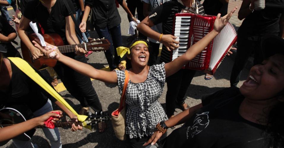 Estudantes do Sri Lanka protestam contra a nova política educacional do governo, pois temem que ela possa acabar com a educação gratuita no país