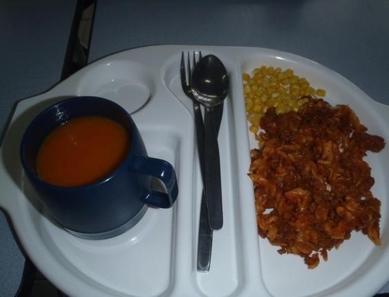"""""""Hoje o jantar foi sopa de cenoura e coentro e macarrão. A sopa estava tão quente que eu queimei minha boca!"""", diz Martha Payne. Nota: 8/10. Salubridade: 5/10. Preço: 2 libras."""