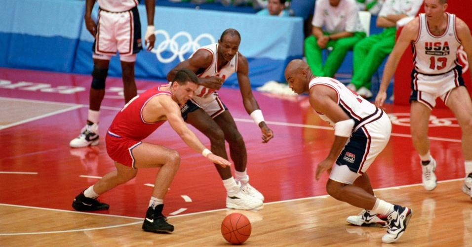 Jogadores dos Estados Unidos tentam roubar a bola na final dos Jogos de 92 contra a Croácia