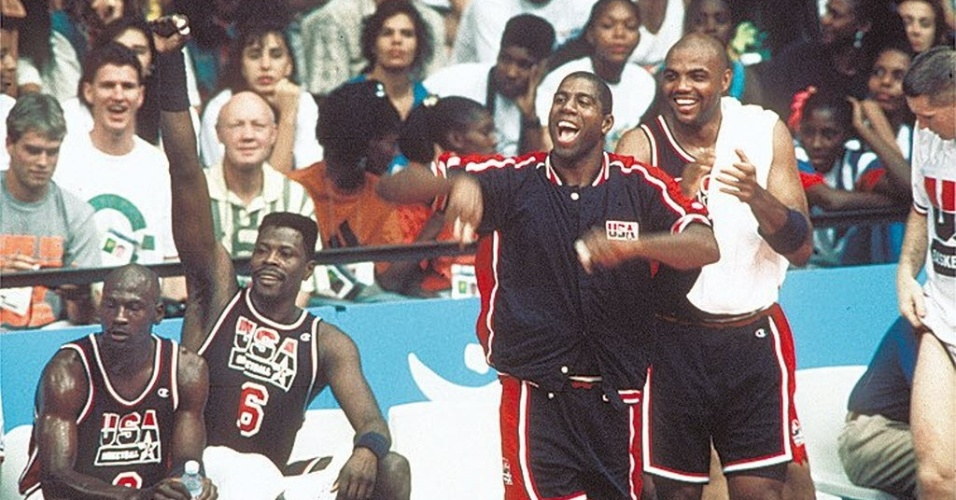 Jordan, Ewing, Johnson e Barkley se divertem no banco em descanso da formação titular do Dream Team