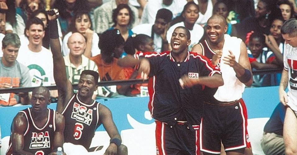 Jordan, Ewing, Johnson e Barkley se divertem no banco em descanso da formação titular do Dream Team