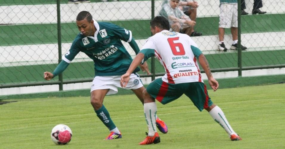 Lateral direito Peter tenta passar por um adversário durante um jogo do Goiás
