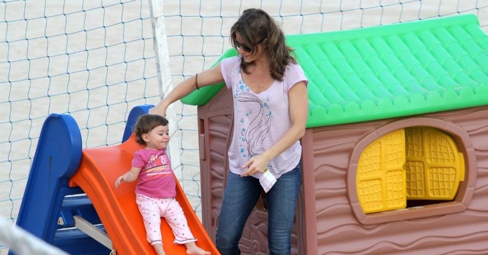 Letícia Spiller brinca com a filha Stella em parquinho na praia do Leblon, zona sul do Rio (10/5/12)