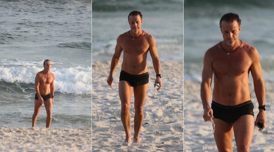 Marcello Novaes curte praia na zona oeste do Rio (10/5/12)