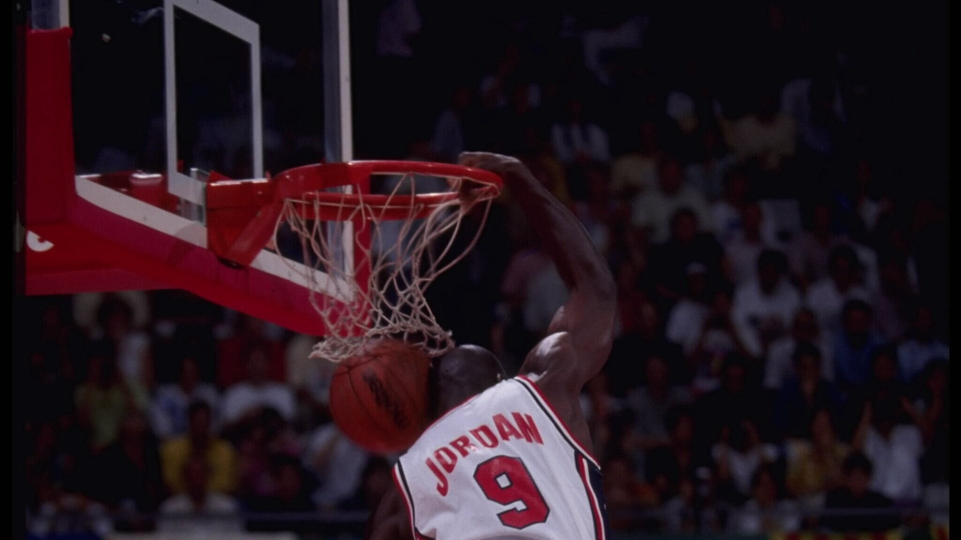 Michael Jordan enterra em partida dos Jogos Olímpicos de Barcelona, em 1992