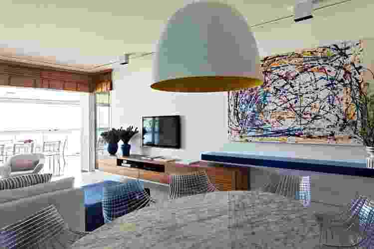Na sala de jantar, o branco domina a cena. Mesa Saarinen e cadeiras Meridiana, todas da Micasa, e lustre pendente comprado na Bertolucci. O apartamento na Riviera de São Lourenço tem decoração assinada pelo arquiteto Diego Revollo - Alain Brugier/ Divulgação