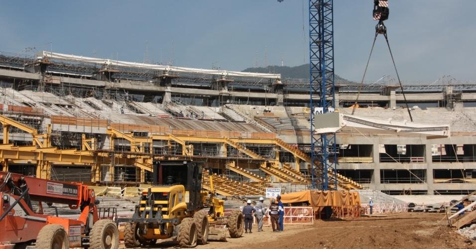 No primeira quinzena de maio de 2012, a nova cobertura do Maracanã começou a ser montada