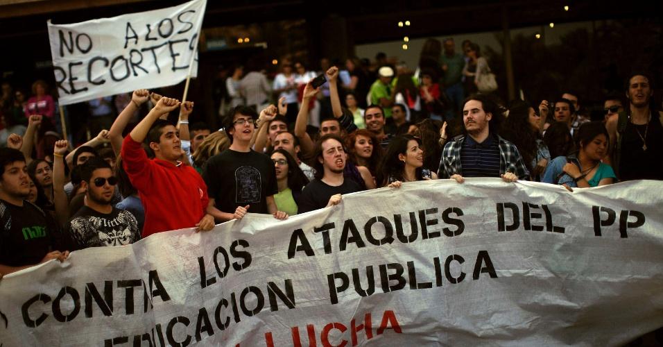 Os estudantes espanhóis saíram às ruas nesta quinta-feira (10) para protestar contra os cortes na educação, no primeiro de vários dias de protestos programados contra as políticas de austeridade em todo o país