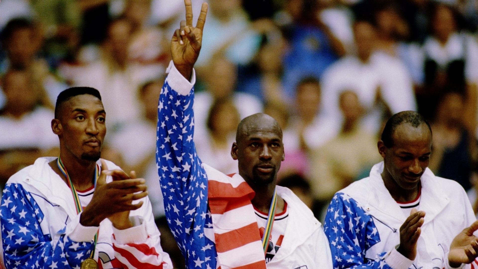 Pippen (esq.), Jordan e Drexler recebem medalha de ouro em Barcelona